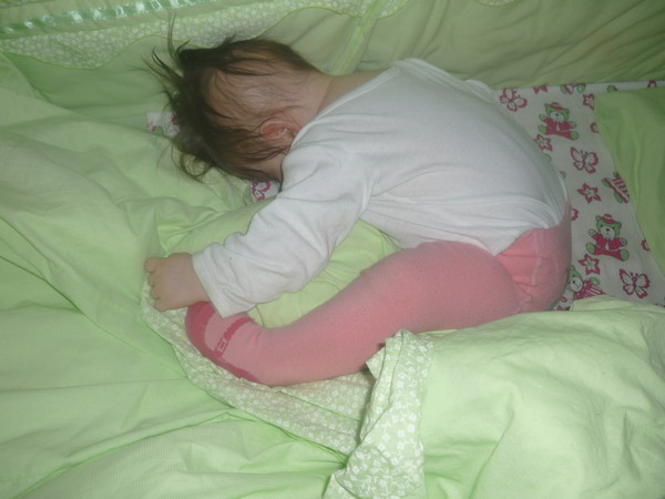 Если бы она перевернулась на живот и спала я бы только рада была, а она встает на руки и просыпается.