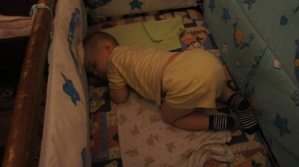 О том, какая опасность грозит, если ребенок переворачивается во сне на живот и как этого избежать рассказано далее.