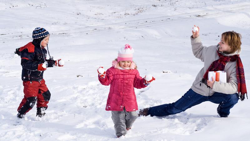 Как дети играют в снежки 21
