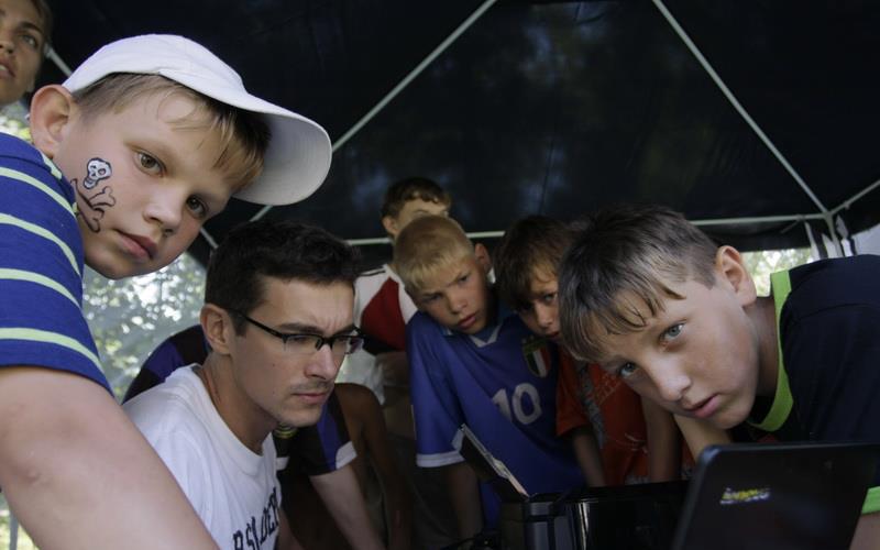 Даниил Новиков с воспитанниками в палаточном лагере