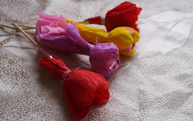 Тюльпан с конфетами из гофрированной бумаги своими