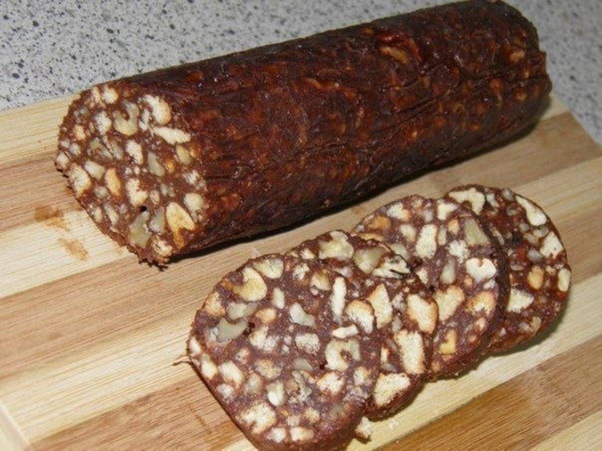 Колбаска шоколадная с печеньем и орехами