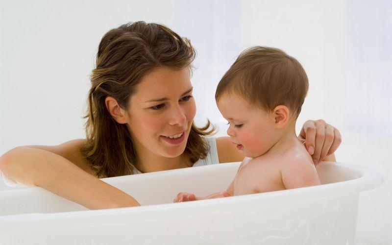 Видео сын купается с мамой