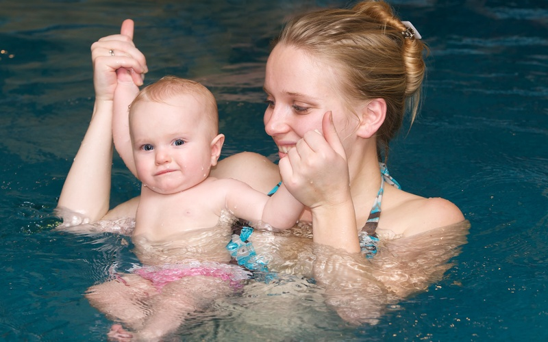 Бассейн для грудничков: о чем нужно знать маме