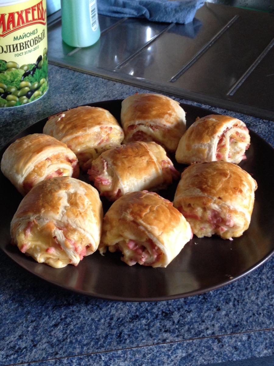 рулетики из слоеного теста с колбасой и сыром пошаговый рецепт
