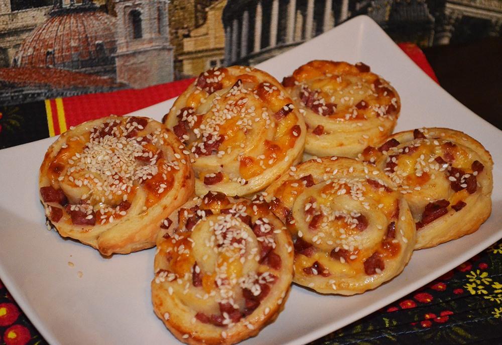 Слоеное тесто с сыром и колбасой
