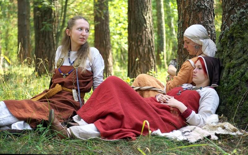 latinki-zhenshina-rozhaet-na-prirode-zhenu-trahayut-muzh