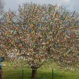 Нарядить такое дерево стоит немалых усилий