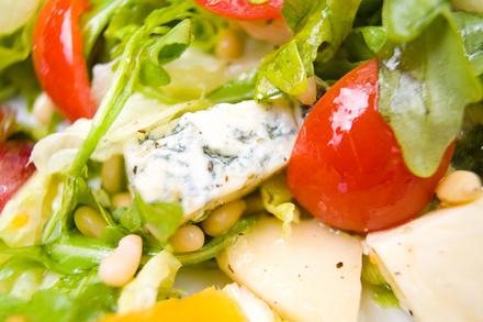Как приготовит салат из капусты и огурцов