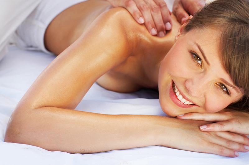Женщина с огромной грудью делает массаж фото 158-442