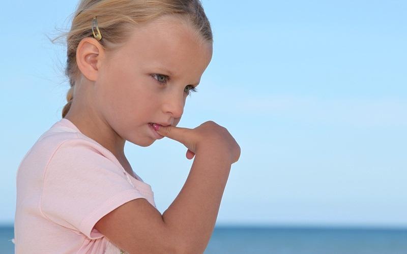 Почему ребенок облизывает губы