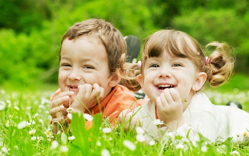 Дети в траве