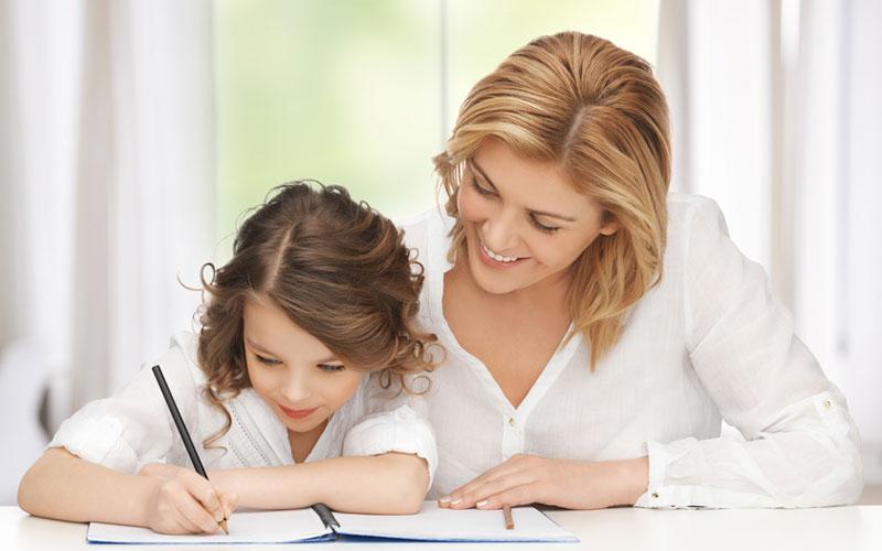 Родители учат дочку как правильно