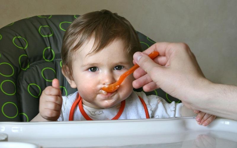 с овощи исупы и ест стола Ребенок семь общего еду год месяцев не