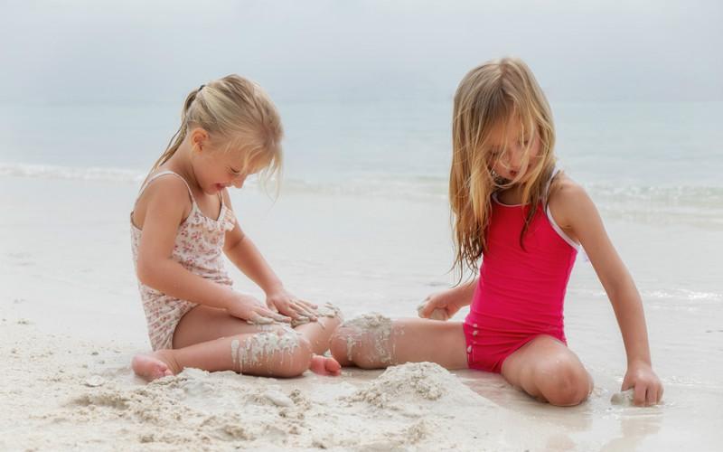Фото голых девушек на пляже с мальчиками фото без лифчика и трусов фото 55-95
