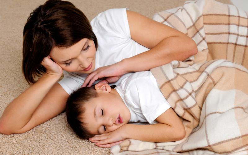 Сын застал спящую голую мать и трахнул ее  Порно ебля
