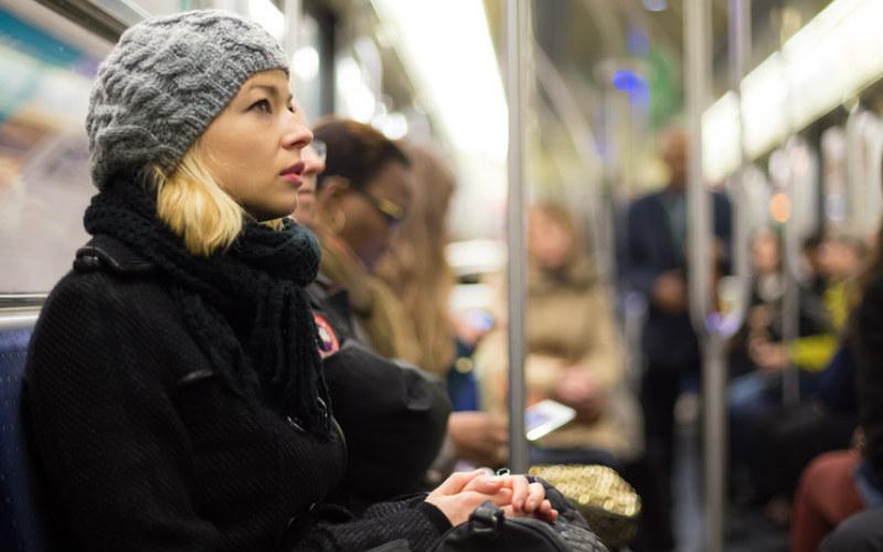 фотографии женщин в метро-цц2