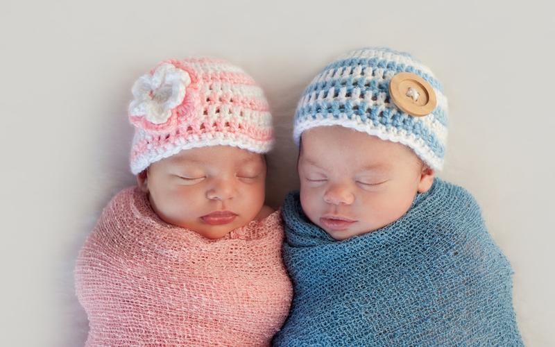 64-летняя женщина родила здоровых близнецов