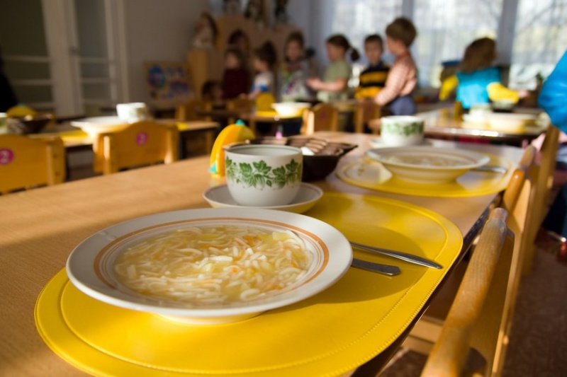 Воспитательница вдетском саду пробовала  против воли  накормить ребенка
